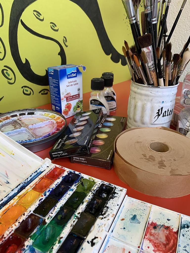 le matériel pour l'aquarelle disponible à l'atelier pour les cours de dessin